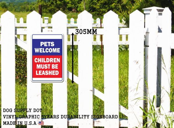 PETS WELCOME CHILDREN MUST BE LEASHEDサインボード